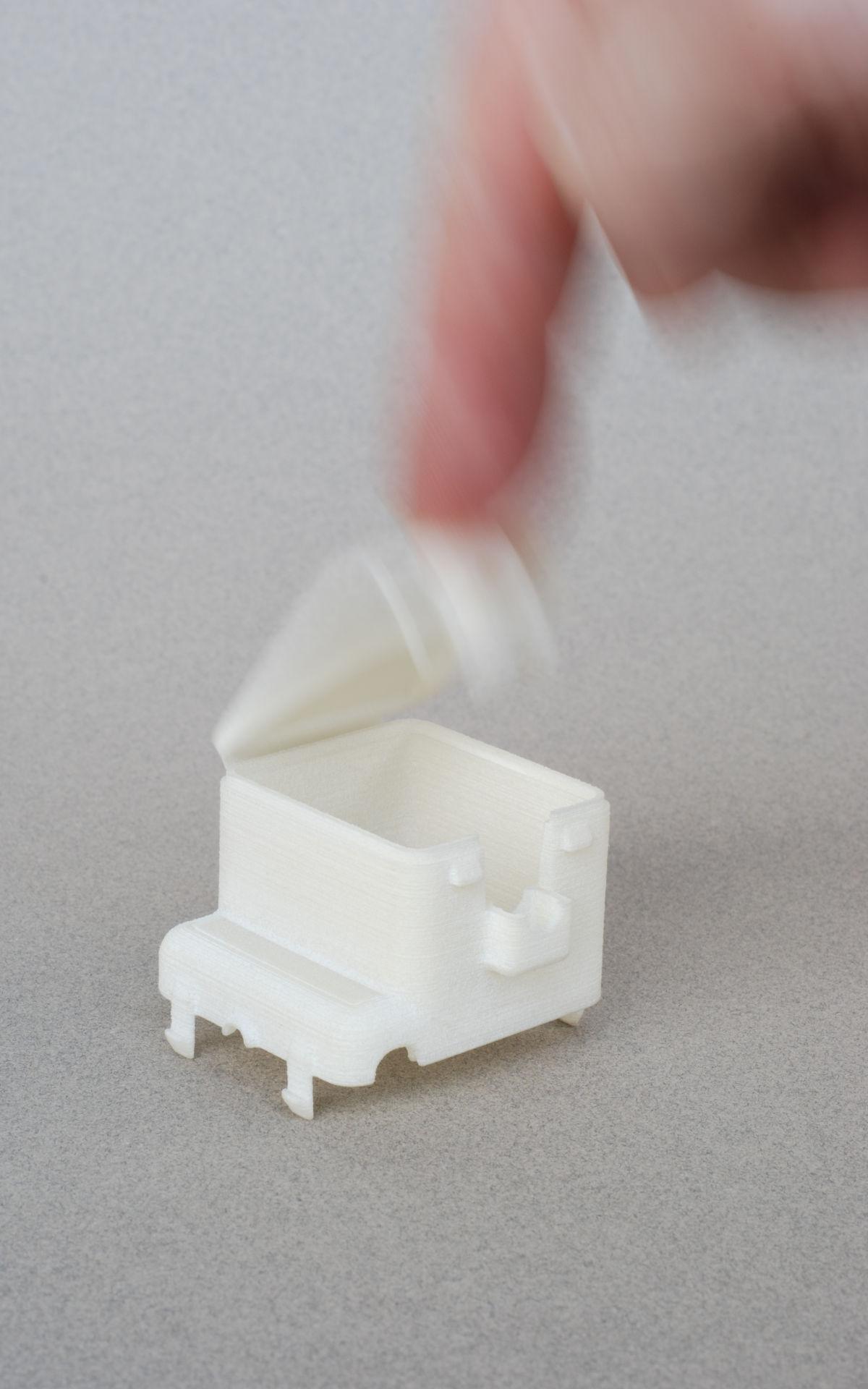 Selektives Lasersintern sls Elektroindustrie Maschinenbau: Stecker mit Filmscharnier